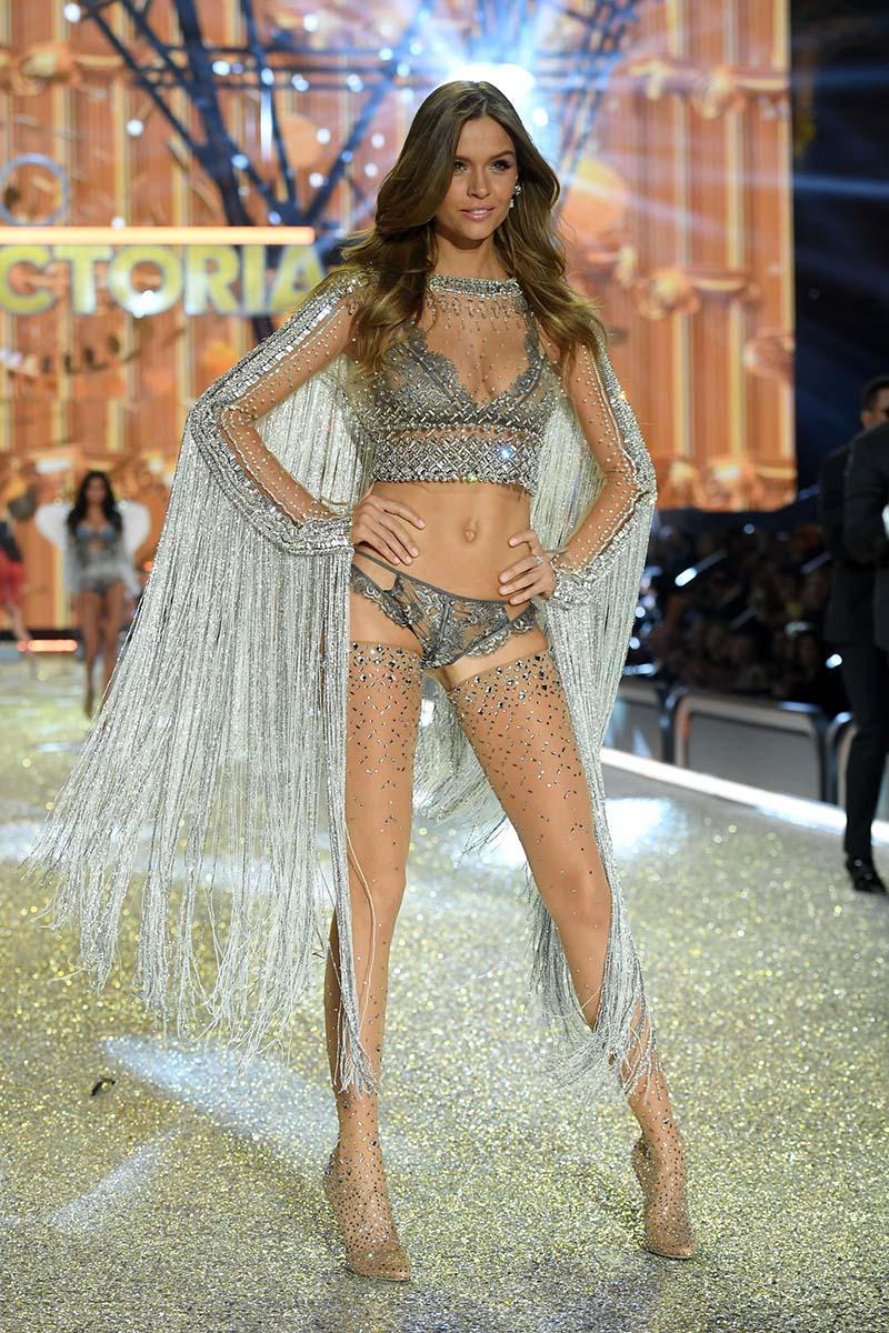 Josephine Skriver - Victoria's Secret Fashion Show 2016, à Paris