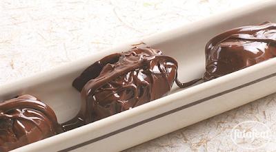 تمر محشي باللوز ومغطى بالشوكولاتة
