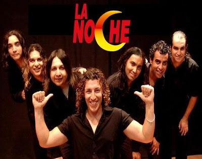 Foto de la banda La Noche posando felices