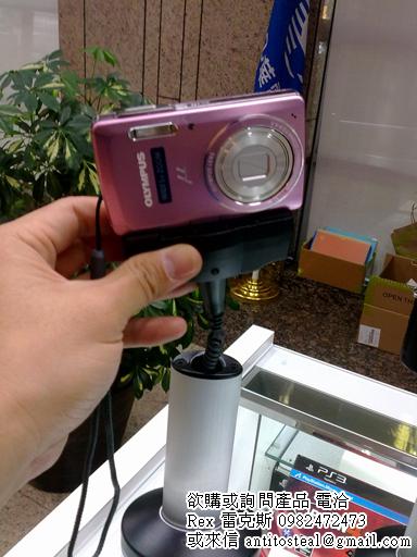 相機展示防盜器,具有內收式捲線且會自動吸附回防盜座上