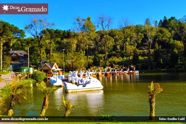 Os famosos pedalinhos do Lago Negro oferecem uma atração à parte.