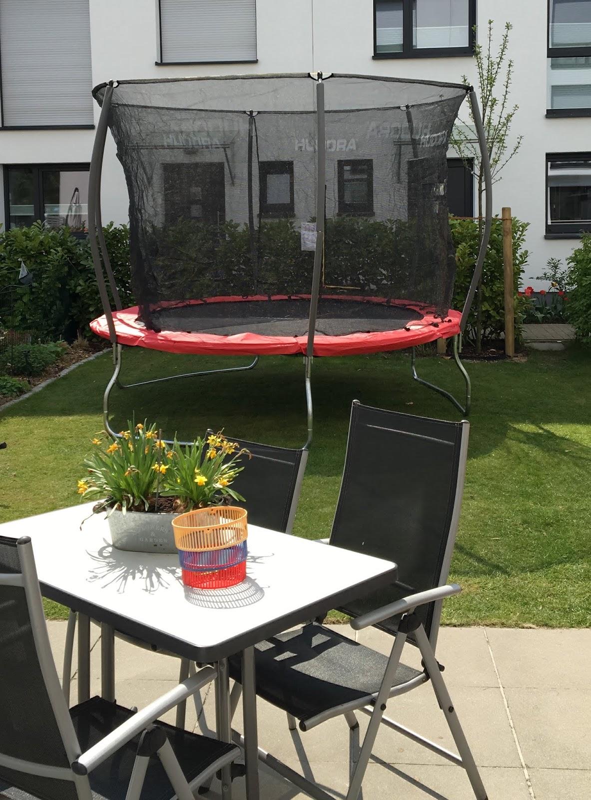 im test das hudora fantastic 300v trampolin lari lara eine mama macht spagat. Black Bedroom Furniture Sets. Home Design Ideas