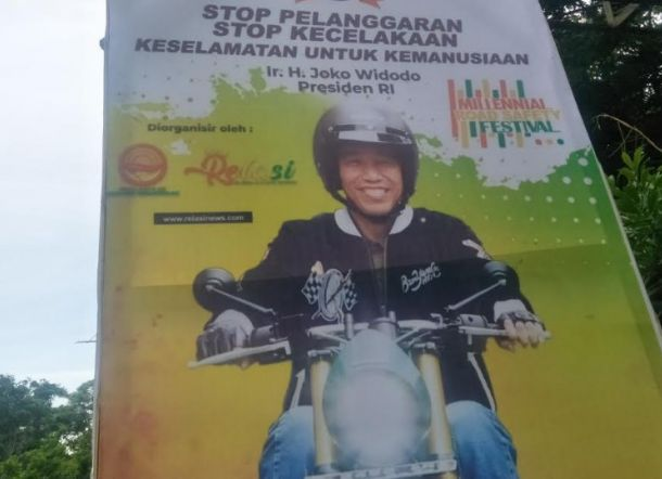 Polisi Sebar Baliho Jokowi Sendirian Naik Motor di Jeneponto