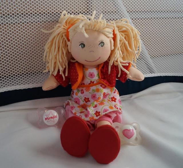 Puppen sind unglaublich wichtig für Kinder, als Freunde und Begleiter der Kindheit. Ich stelle Euch die wunderschön gestalteten und kuschelweichen Puppen Milla und Matze von HABA vor, die gerade bei uns eingezogen sind. Hier: Mädchenpuppe Milla mit blonden Zöpfen im Bett zur Einschlafbegleitung.