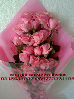 rangkaian bunga tangan pink model berdiri