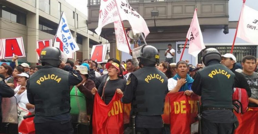 HUELGA DE MAESTROS: Policías y Docentes se enfrentan en frontis del Congreso de la República