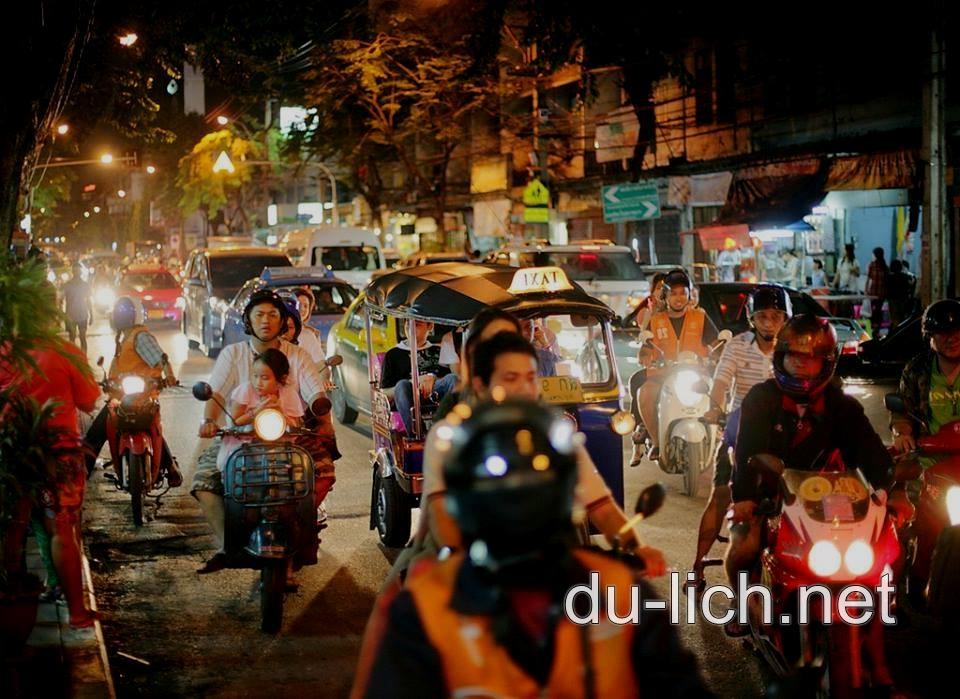 Cách đi lại ở bên thủ đô Bangkok Thái Lan là xe điện, xe bus, xe tuk tuk