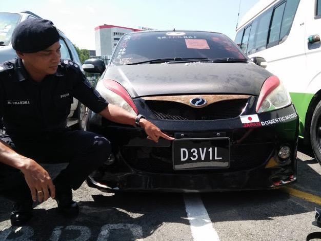 Polis Tahan Kereta 'D3V1L'
