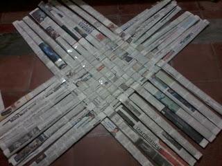 dasar keranjang dari koran bekas