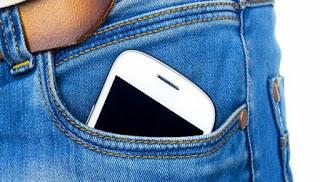 Γιατί δεν πρέπει να βάζετε το κινητό στην τσέπη;