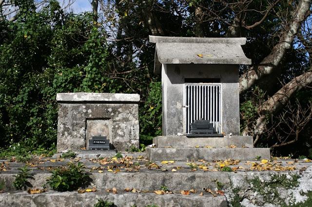 拝所と『グバオウの主』の古墓の写真