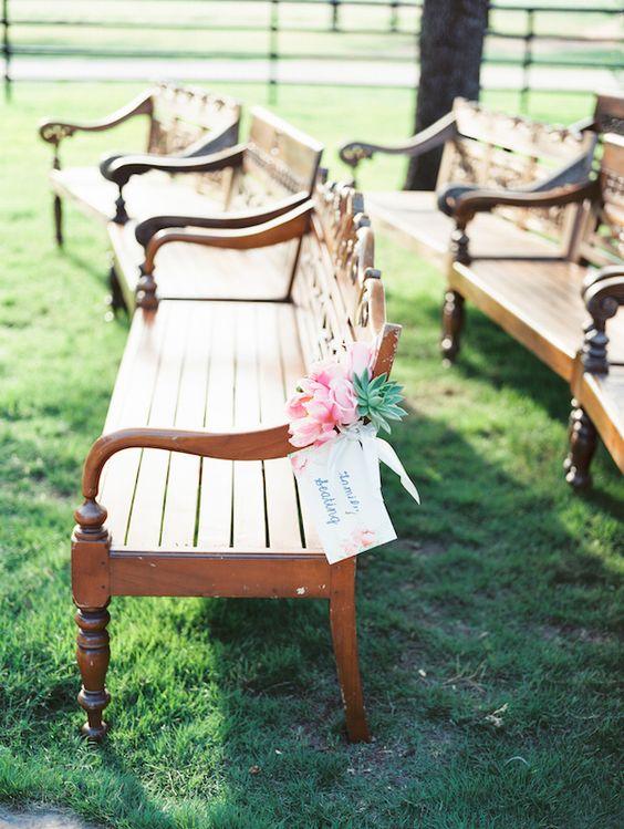 Una forma muy mona de marcar los asientos destinados a la familia del novio y la novia