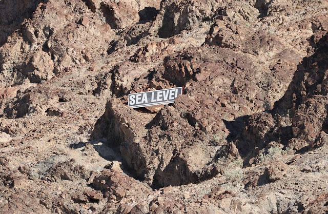 Hauska yksityiskohta Death Valleyn syvimmässä pisteessä