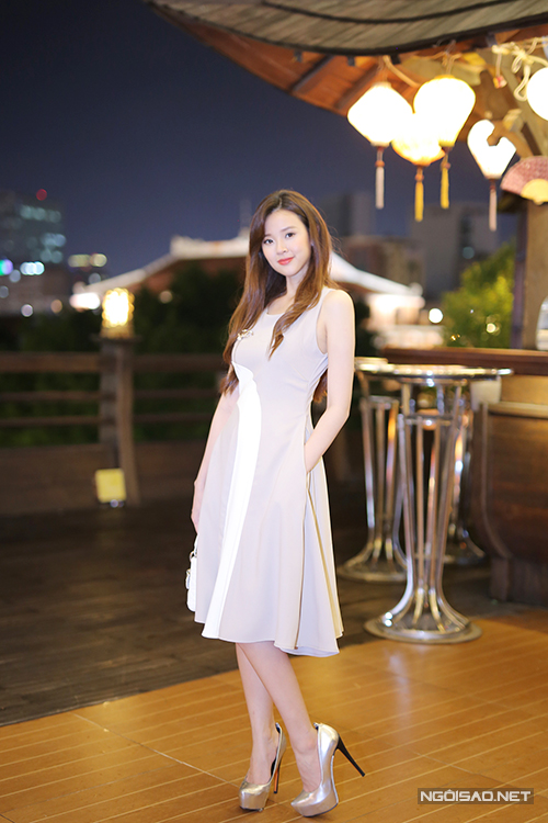 Nữ diễn viên diện váy hàng hiệu kín đáo, khoe vẻ ngọt ngào, nữ tính.