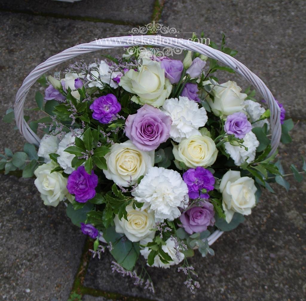 Biało fioletowe kosze kwiatowe - podziękowanie dla rodziców