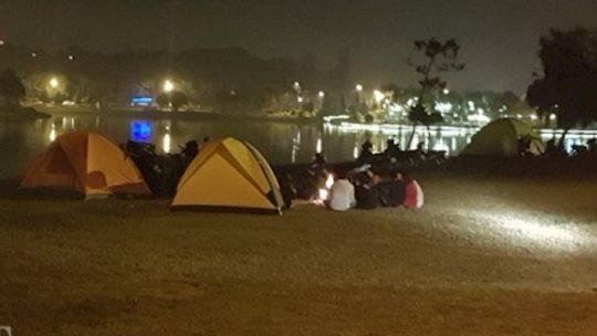Đà Lạt 'cháy' phòng, du khách dựng trại ngủ quanh Hồ Xuân Hương