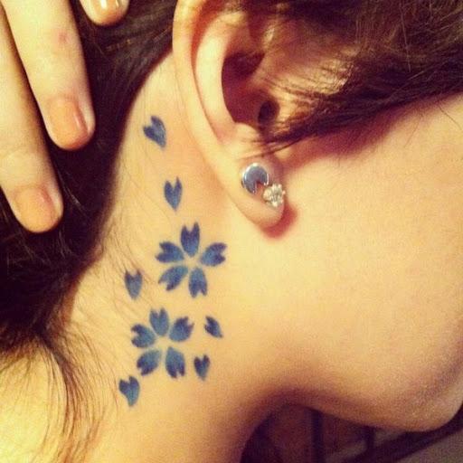 Peculiar de flor de cerejeira da tatuagem na sombra azul. Este pequeno e simples tatuagem é perfeito se você quiser um único olhar de flor de cerejeira design que você pode facilmente mostrar e esconder ao mesmo tempo. (Foto: Fontes de imagem)