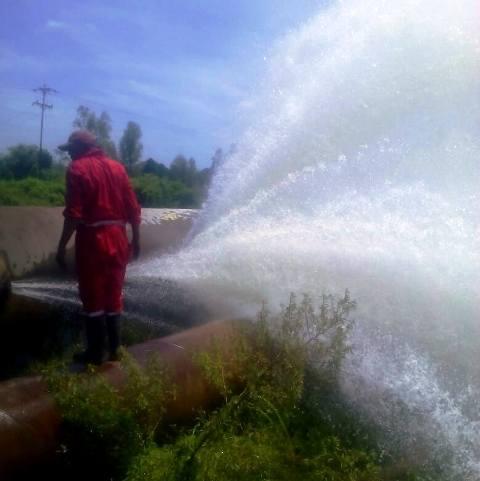 Hidrolago sustituye tramo de tubería de 66 pulgadas en Lagunillas
