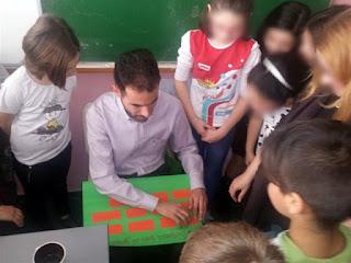 Ο Βαγγέλης διαβάζει τα ονόματα των παιδιών σε Braille που τα έγραψαν μόνα τους