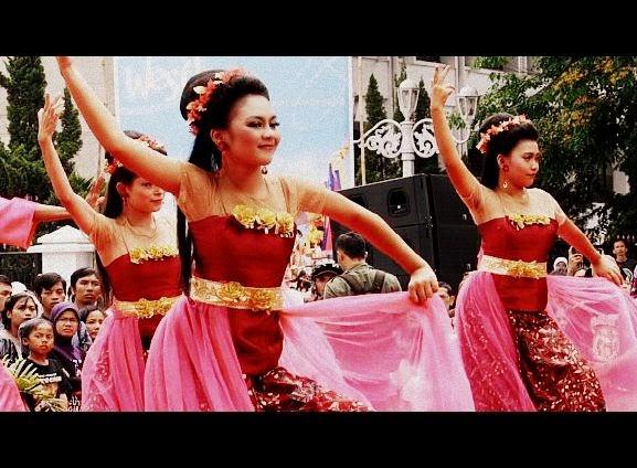 tarian satu ini merupakan salah tarian tradisional yang terkenal di indonesia khususnya jawa barat namanya adalah tari jaipong