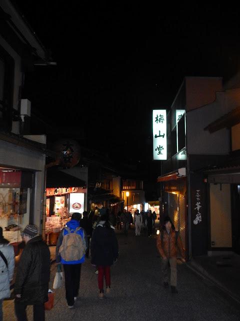 Calle de acceso al Kiyozumidera, con tiendas de comida