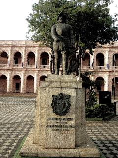 Monumento em Frente ao Cabildo, em Asuncion, Paraguai