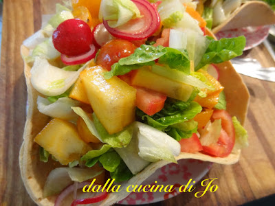insalata di cachi persimon, ravanelli, cuori di lattuga nel cestino di pane