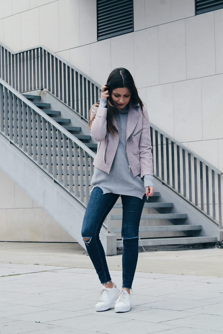 look cómodo con jersey gris, jeans y zapatillas