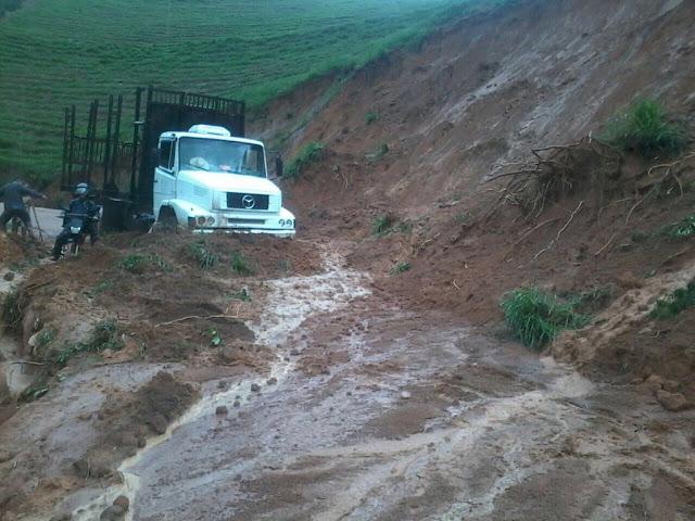 Barreira cai e interdita estrada que liga Afonso Cláudio e Brejetuba