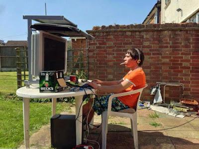 Witzige Sommerbilder zum lachen - Computer im Sommer Garten lustig