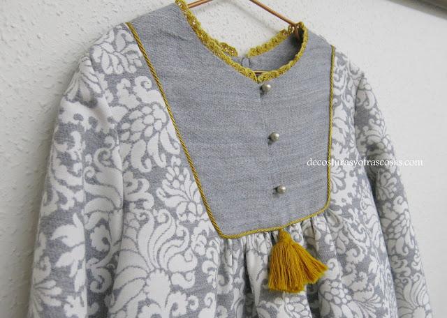 vestido gris y dorado