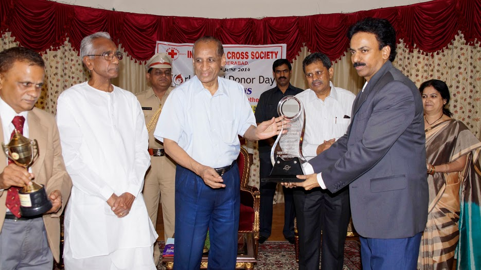 Raja Sekhar Buggaveeti receiving  the Award from Governor Shri. Narasimhan