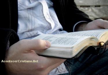 Hombre leyendo la Biblia