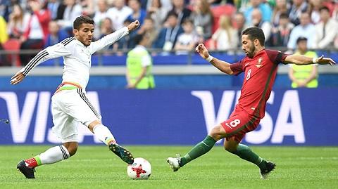 Moutinho (phải) đang hướng đến trận thứ 100 với Bồ Đào Nha