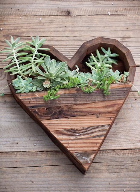 Green Pear Diaries, diseño, macetas originales, Corazón de madera reciclada