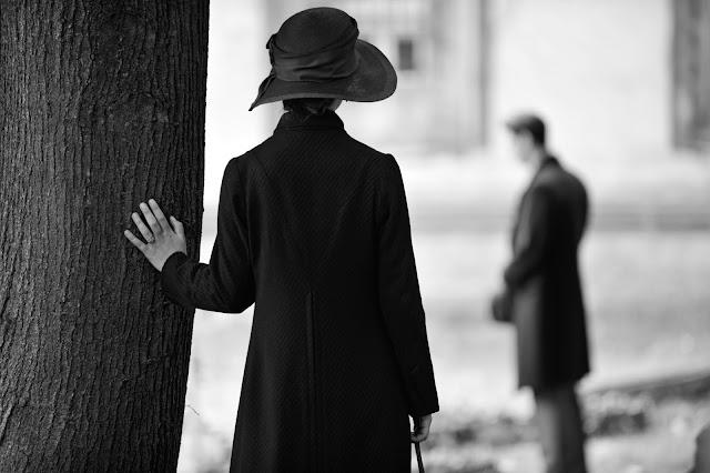 Paula Beer sieht Franzosen am Grab.