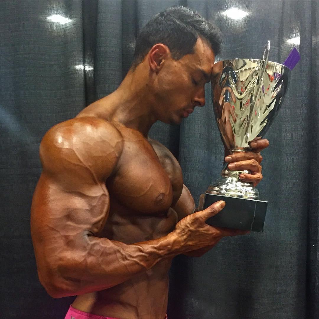Felipe Franco mostra troféu de campeão Men's Physique no Europa Games Dallas Pro. Foto: Arquivo pessoal