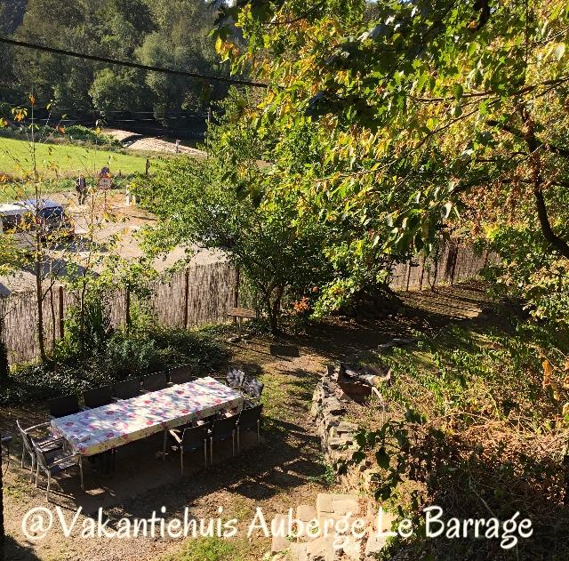 de tuin van Vakantiehuis Auberge Le Barrage