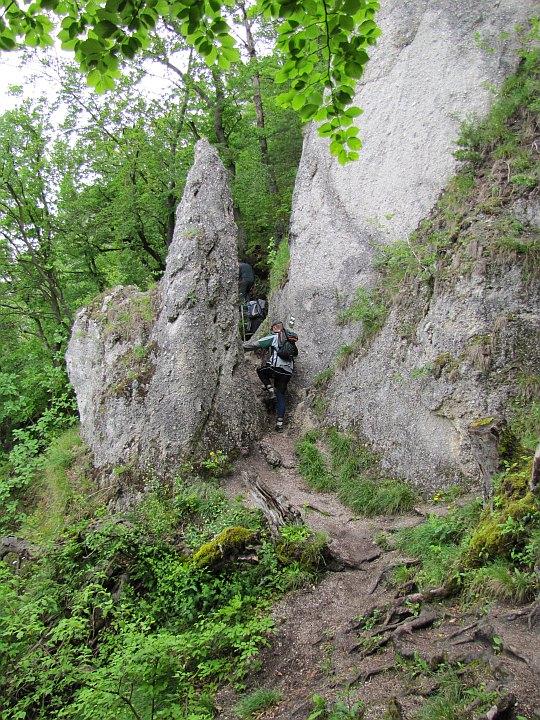 Przechodzimy pomiędzy iglicą i skalną ścianą.