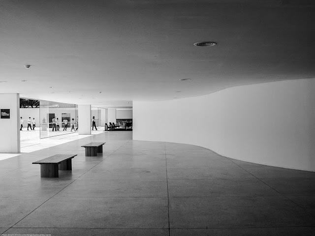 parede curva no interior do Museu Oscar Niemeyer (MON)