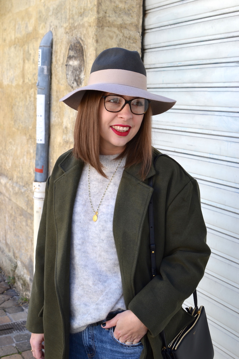 pull gris H&M, chapeau kaki et rose pastel, manteau kaki de Sheinside, trio bag noir Céline