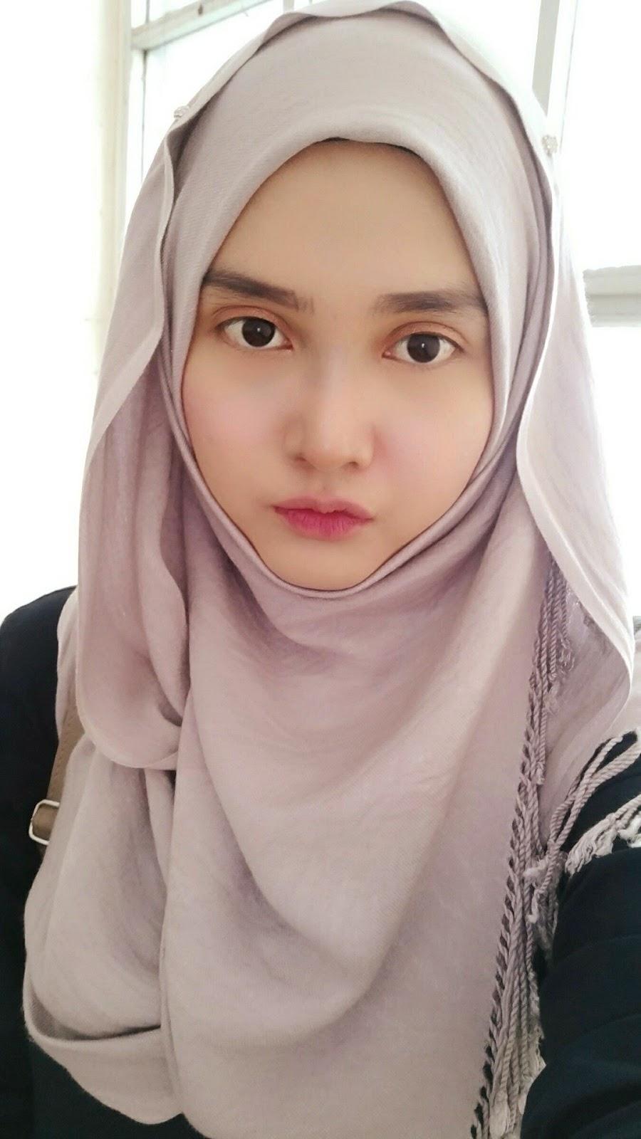 Mahasiswi manis cantik jilbab instan abu abu
