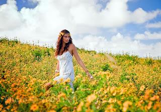 imagen dia de la primavera+paisaje de amor+mujer