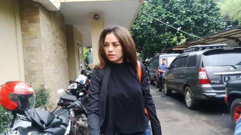 FOTO: Nikita Mirzani Lupa Pakai Bra Saat Mendatangi Mabes POLRI