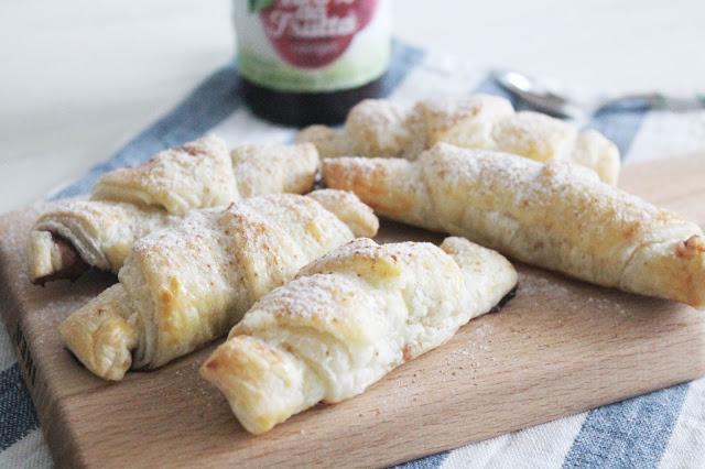 Cornetti di pasta sfoglia ripieni di marmellata alle ciliegie