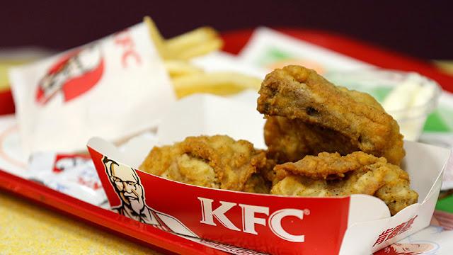 Una madre quema con una plancha a sus hijos porque se comieron su KFC