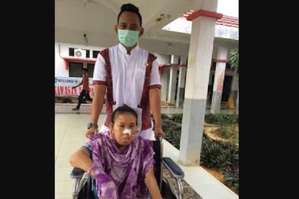 RSUD Landak Jemput Ibu Regina Warga Ngabang Penderita Kanker Mulut