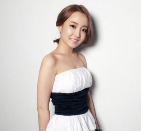 Younha Brown Medium Side Part Ponytail