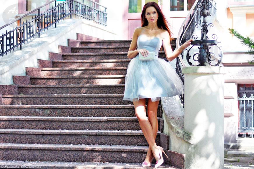 d886671d49 Piękna wieczorowa sukienka w niezwykłym odcieniu szarości z odrobiną baby  blue sprawia że każda z nas poczuje się wyjątkowo  ) Do tego wieczorowa  torebka i ...