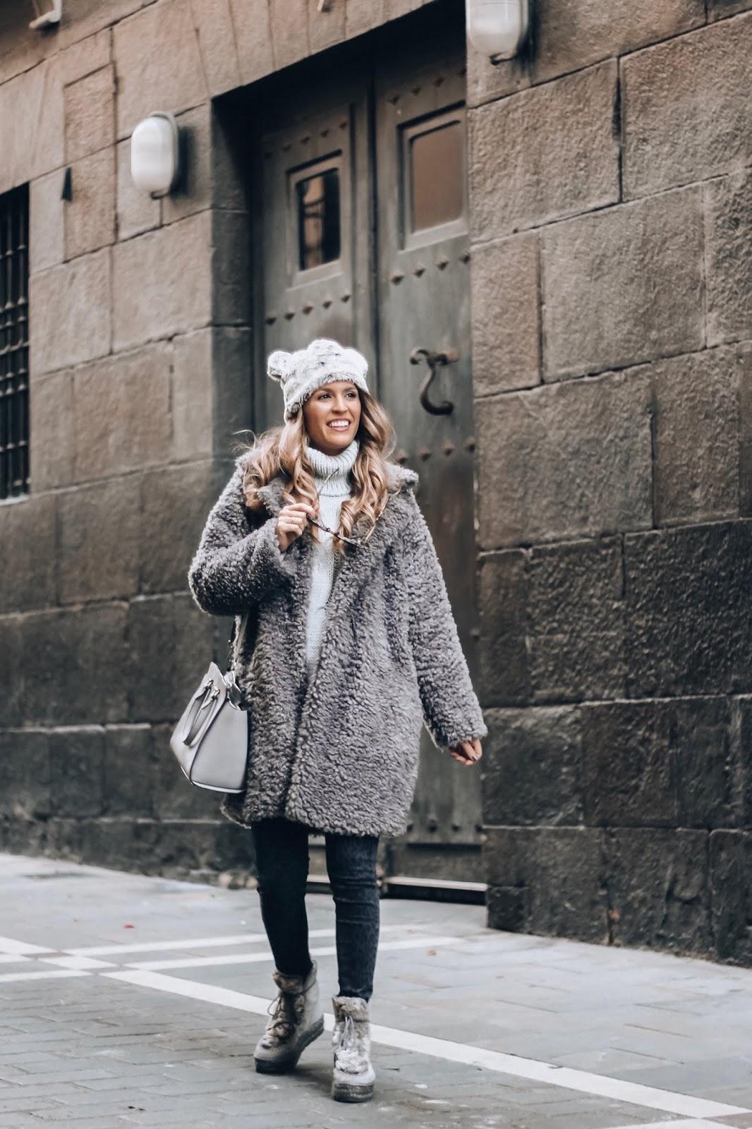 como combinar abrigo gris
